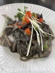 豚肉とエリンギの黒ごまソース